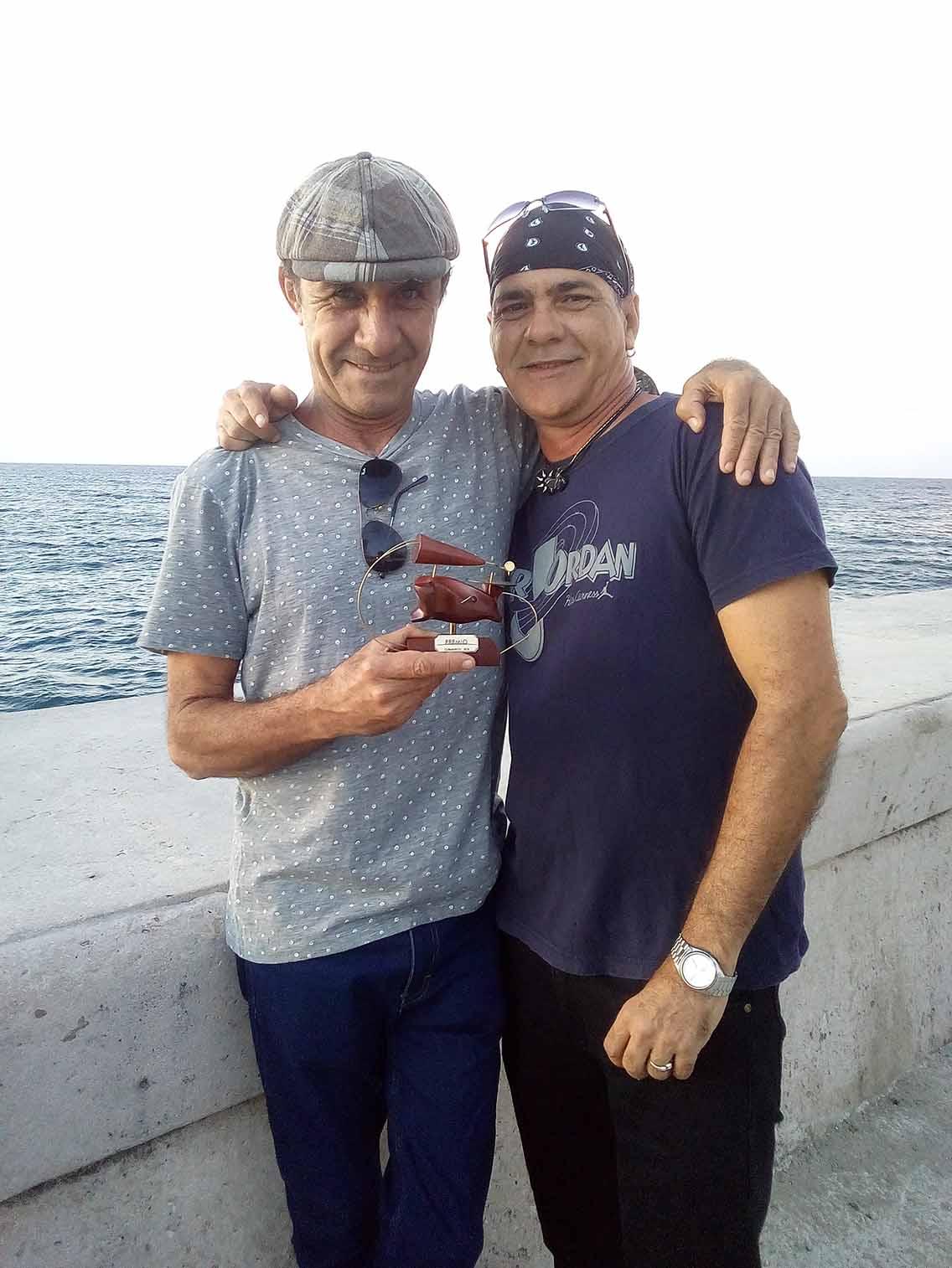 Roberto Keko Fajardo y Javier Rodríguez con Premio Cubadisco 2018. Foto Carlos Fornés