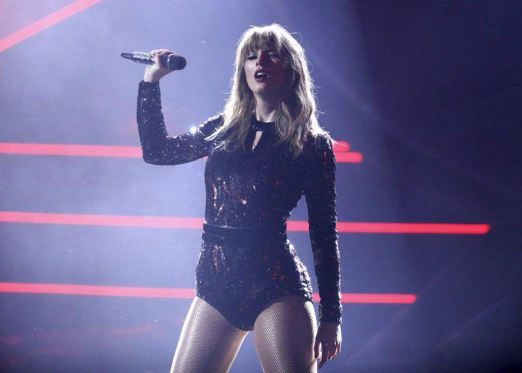 Taylor Swift actúa en la entrega de los American Music Awards, el martes 9 de octubre del 2018 en el Teatro Microsoft en Los Ángeles. Foto: Matt Sayles / Invision / AP.