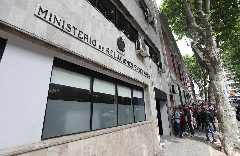 Ciudadanos cubanos hacen fila a las afueras del Ministerio de Relaciones Exteriores de Uruguay este 25 de octubre de 2018, en Montevideo. Foto: Raúl Martínez / EFE.