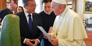 El presidente surcoreano Moon Jae-in, lizquierda, haabla con el papa Francisco en el Vaticano, jueves 18 de octubre de 2018. Foto: Alessandro Di Meo / ANSA vía AP.