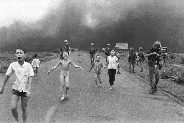 Las fuerzas de Vietnam del Sur siguen a los aterrorizados niños, incluyendo a Kim Phuc, de 9 años de edad, en el centro, mientras corren después de un ataque aéreo con napalm, el 8 de junio de 1972. Foto: Nick Ut/AP.