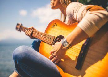 Las mujeres compran la mitad de las guitarras que se venden en el mundo, según un estudio. Foto: Getty Images.