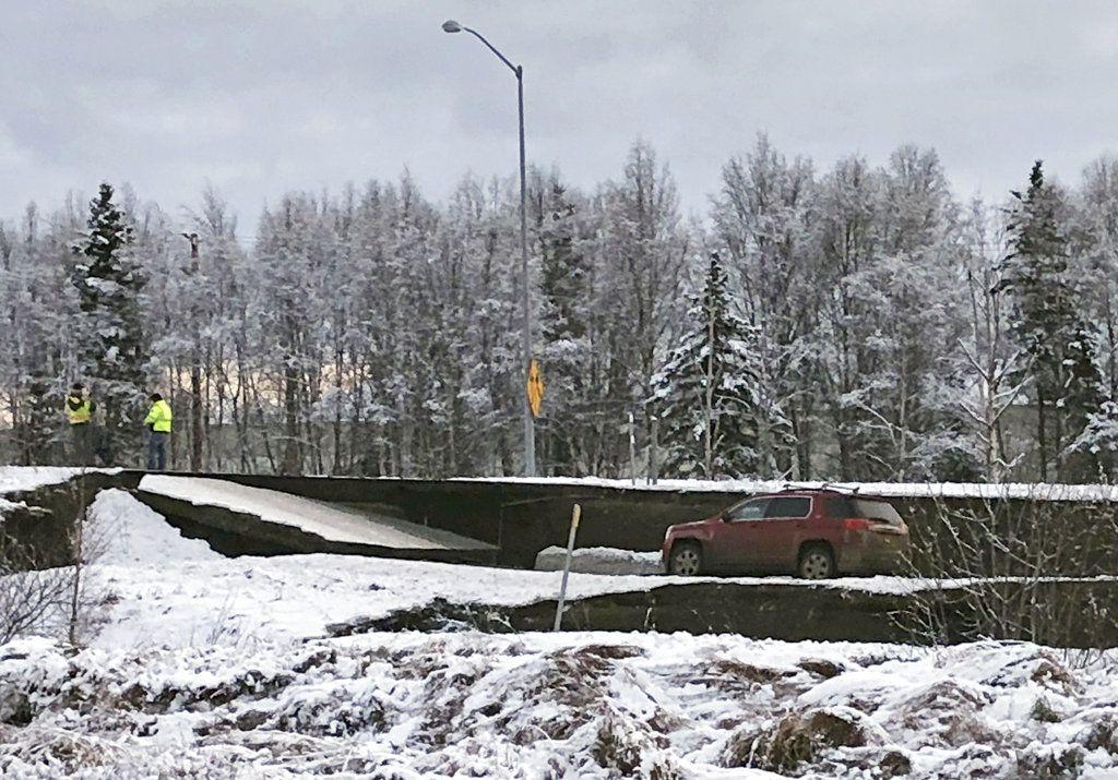 Un automóvil queda atrapado en una sección colapsada de la rampa de salida de la carretera Minnesota Drive en Anchorage, el viernes 30 de noviembre de 2018, luego de un sismo. Foto: Dan Joling / AP.