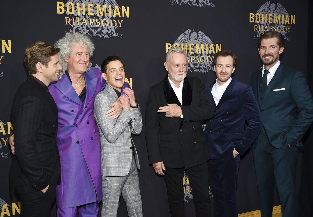 """De izquierda a derecha, el actor Allen Leech, el músico Brian May, el actor Rami Malek, el músico Roger Taylor, el actor Joe Mazzello y el actor Gwilym Lee, de izquierda a derecha, posan durante la premiere de """"Bohemian Rhapsody"""" en Nueva York el 30 de octubre del 2018. Foto: Evan Agostini / Invision / AP."""