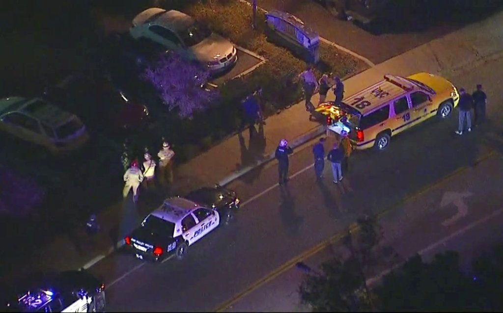 En esta imagen, tomada de un video aéreo, vehículos policiales desplegados en una carretera en las inmediaciones de una balacera en Thousand Oaks, California, el 8 de noviembre de 2018. (KABC via AP)