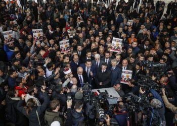 Miembros de la Asociación Prensa Turco-Árabe y amigos llevan fotos al asistir a una ceremonia de rezos funerales en ausencia por el periodista saudí Jamal Khashoggi, asesinado el mes pasado en el consulado de Arabia Saudí en Estambul, el viernes, 16 de noviembre del 2018. Foto: Emrah Gurel / AP.