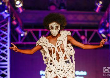 Arte y Moda encuentra su expresión en el performance, pues como acción integradora y experimental, entrega modelos cuya gestualidad y proyección escénica a la hora de defender los diseños que portan, los acerca a esta manifestación contemporánea. Foto: Izuky Pérez.