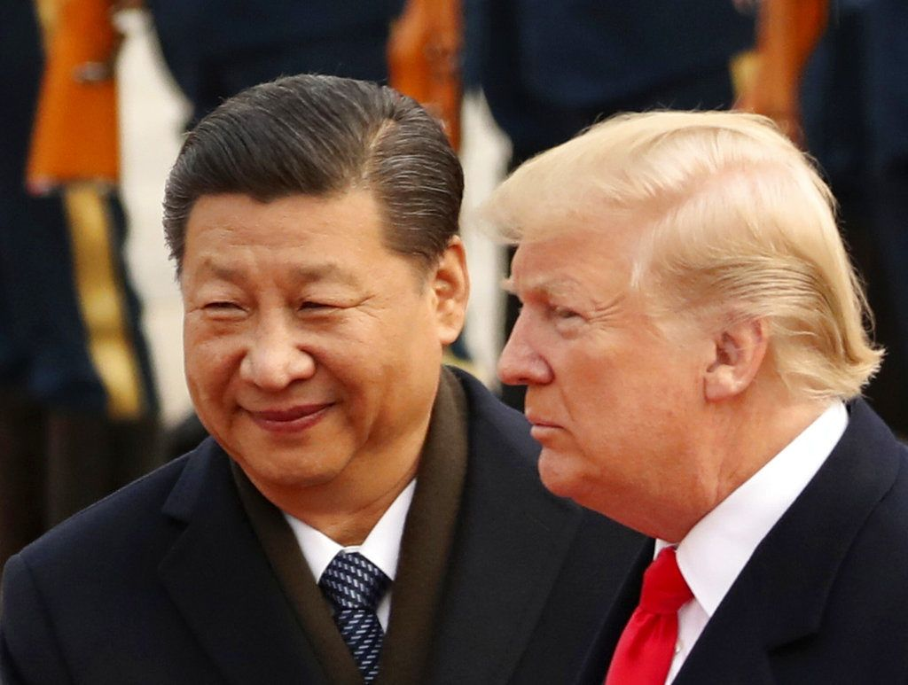 El presidente de Estados Unidos, Donald Trump, y el de China, Xi Jinping, durante una ceremonia de recepción en el Gran Salón del Pueblo en Beijing, 9 de noviembre de 2017. Foto: Andrew Harnik / AP.