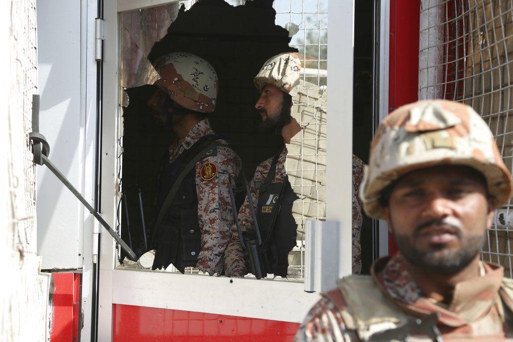 Soldados paquistaníes entran al complejo del consulado de China en Karachi, Pakistán, el 23 de noviembre de 2018. (AP Foto/Shakil Adil)