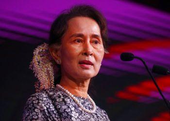 La dirigente de Myanmar Aung San Suu Kyi en un evento en Singapur el 12 de noviembre del 2018.  (AP Photo/Bullit Marquez)
