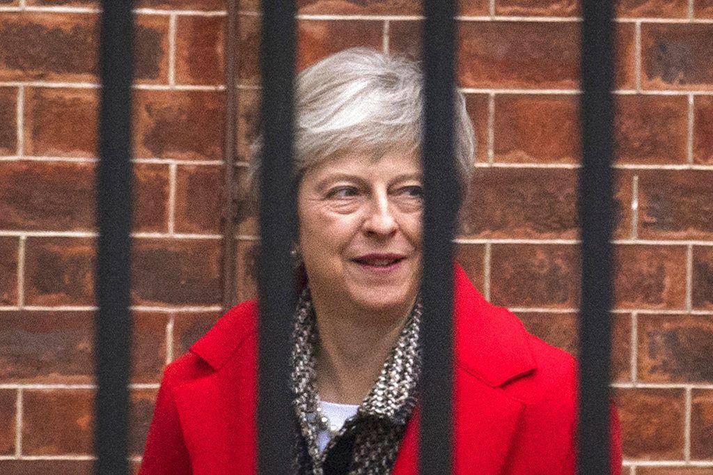 La primera ministra de Gran Bretaña, Theresa May, sale de su residencia oficial, en el 10 de Downing Street, en Londres el 16 de noviembre de 2018. (Dominic Lipinski/PA vía AP)