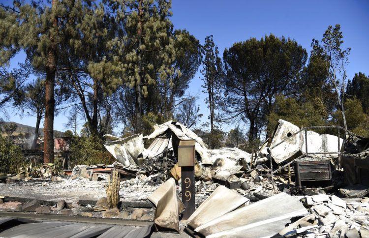 Esta fotografía del domingo 11 de noviembre de 2018 muestra una casa que quedó destruida tras un incendio en Agoura Hills, California. Foto: Chris Pizzello / AP.