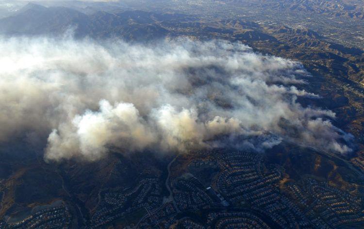 En esta imagen captada desde un helicóptero, incendios forestales arden el viernes 9 de noviembre de 2018 en la sección Calabasas de Los Ángeles. Foto: Mark J. Terrill / AP.