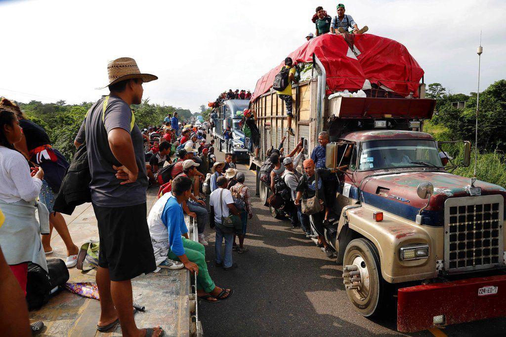 Migrantes de Centroamérica, parte de la caravana que espera llegar a la frontera con Estados Unidos, se desplazan en camiones en Donají en el estado de Oaxaca, México, el viernes 2 de noviembre de 2018. Foto: Marco Ugarte / AP.