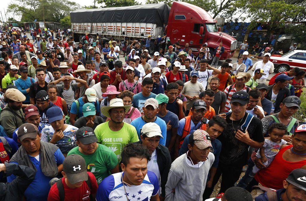 Migrantes centroamericanos, parte de una caravana que desea llegar a Estados Unidos, aguardan para obtener un viaje a dedo en un camión, en la localidad de Isla, estado de Veracruz, México, el sábado 3 de noviembre de 2018. Foto: Marco Ugarte/AP.