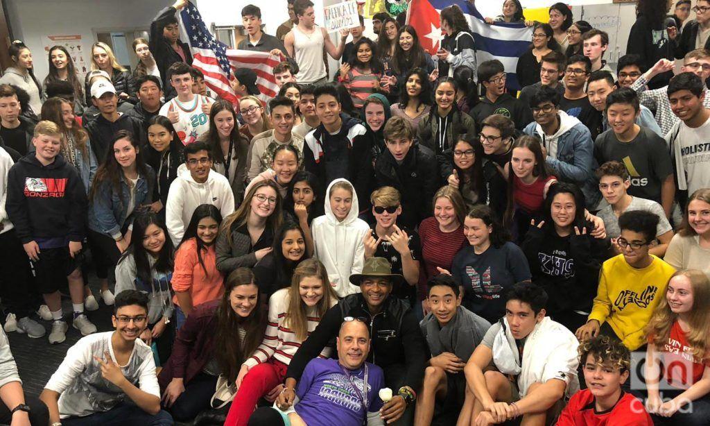 Descemer Bueno junto a Carlos Lazo y sus estudiantes en Seattle. Foto: Cortesía de Fábrica de Sueños.
