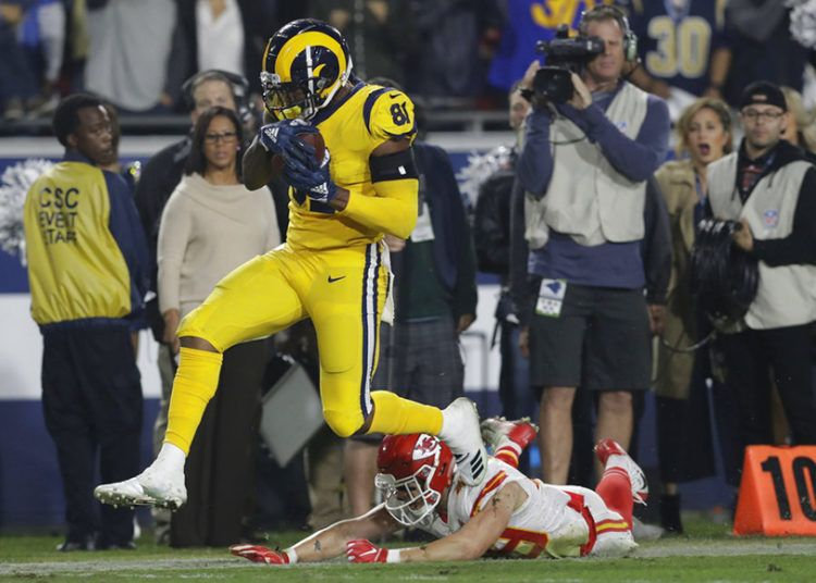 Gerald Everett, de los Rams de Los Ángeles, se quita la marca de Daniel Sorensen, de los Chiefs de Kansas City, para anotar en el último cuarto del encuentro del lunes 19 de noviembre de 2018