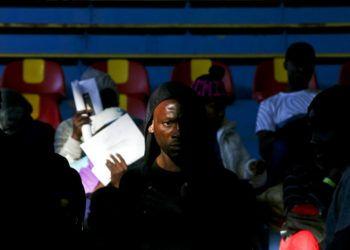 Migrantes haitianos esperan para registrarse para repatriación afuera de un gimnasio local en Santiago de Chile el miércoles 7 de noviembre de 2018. (AP Foto/Esteban Felix)