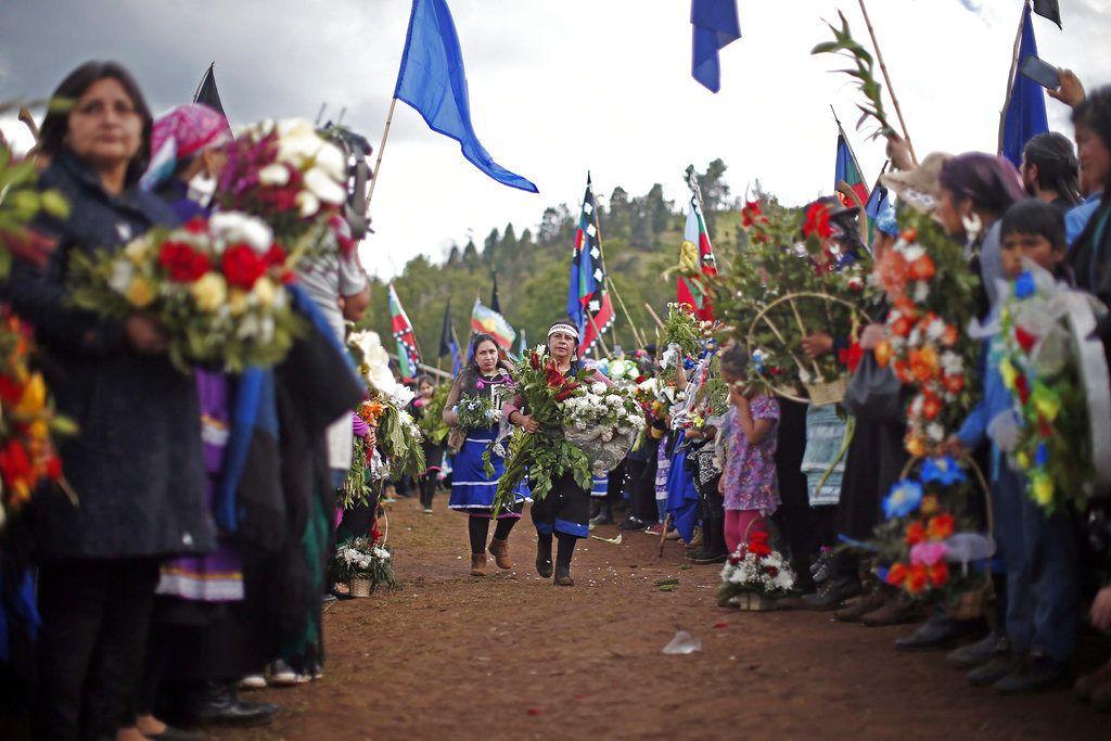 Familiares y amigos de Camilo Catrillanca, un joven indígena mapuche que recibió un disparo en la cabeza cuando la policía perseguía a ladrones de automóviles no identificados, celebran un funeral de ritos mapuches ancestrales en Temuco, Chile, el sábado 17 de noviembre de 2018. (AP Photo/Luis Hidalgo)