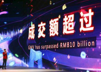 Una pantalla electrónica muestra el momento en el que las ventas superan los 10.000 millones de yuanes (1.430 millones de dólares) a través de las plataformas del gigante en línea chino Alibaba, en Shanghai, China, el domingo 11 de noviembre de 2018. Foto: Ng Han Guan / AP.