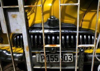 Un automóvil Buick Eight de 1948 se encuentra estacionado en un garaje en La Habana, el viernes 16 de noviembre de 2018. Cientos de autos clásicos se congregarán cerca del Malecón para rendirá tributo a este añejo y único grupo de vehículos, uno de los emblemas de Cuba. Foto: Desmond Boylan / AP.