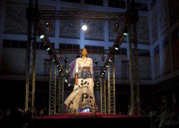Creación de Clandestina durante un desfile de modas en La Habana, Cuba, el jueves 15 de noviembre de 2018. Foto: Desmond Boylan / AP.