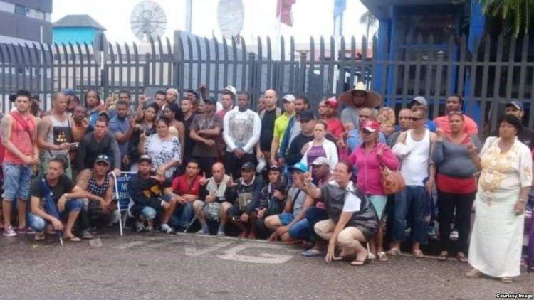 Cubanos en protesta en la sede de la Onu en Puerto España, Trinidad y Tobago.