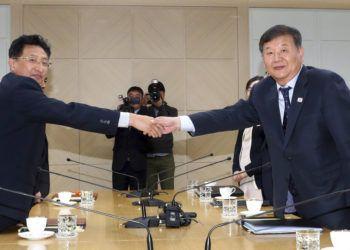 El viceministro de Cultura y Deporte de Corea del Sur, Roh Tae-kang (derecha), estrecha la mano de su homólogo norcoreano, Won Kil U, durante una reunión en la oficina de enlace intercoreana en Kaesong, Corea del Norte, el 2 de noviembre de 2018. Foto: Korea Pool / Yonhap vía AP.