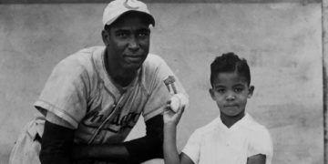 """Martín Dihigo, """"El inmortal"""" del béisbol cubano, junto a su hijo. Foto: Archivo OnCuba."""