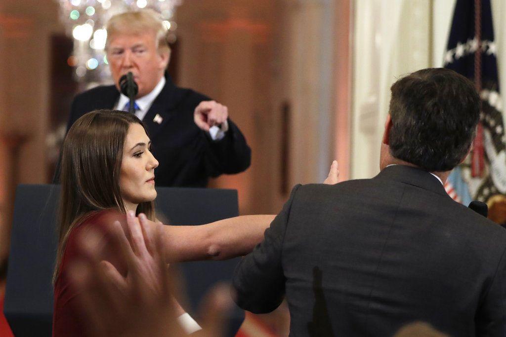 Mientras el presidente Donald Trump apunta su dedo hacia el reportero de CNN Jim Acosta (a la derecha), una asistente de la Casa Blanca toma el micrófono que él tiene en su mano todavía durante una conferencia de prensa en la Casa Blanca, el miércoles 7 de noviembre de 2018, en Washington. (AP Foto/Evan Vucci)