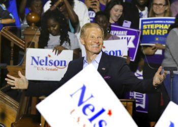 ARCHIVO- En esta foto del 23 de octubre ddel 2018, el senador demócrata por Florida Bill Nelson hace campaña en Orlando. La contienda enre Nelson y su rival republican Rick Scott aún no se decidía el miércoles, 7 de noviembre del 2018, con la diferencia a favor de Scott de apenas menos de 0,5% de los votos.  (Joe Burbank/Orlando Sentinel vía AP)