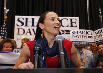 La candidata demócrata a la Cámara de Representantes Sharice Davids habla con partidarios tras su victoria en las elecciones el martes, 6 de noviembre del 2018, en Olathe, Kansas. Foto: Colin E. Braley / AP.