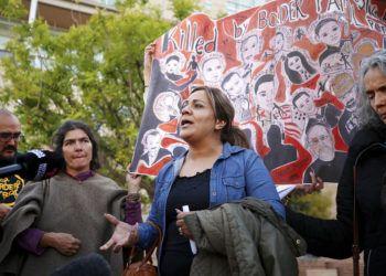 Araceli Rodríguez, al centro, madre del joven fallecido José Antonio Elena Rodríguez, habla afuera de un tribunal federal el 21 de noviembre de 2018, en Tucson, Arizona, acompañada por partidarios luego que el agente Lonnie Swartz de la Patrulla Fronteriza fue declarado inocente. Foto: Mike Christy / Arizona Daily Star vía AP.