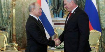 El presidente ruso, Vladímir Putin (i), recibe a su homólogo cubano, Miguel Díaz-Canel, en el Kremlin, el 2 de noviembre de 2018. Foto: Sergei Shirikov / EFE / Archivo.