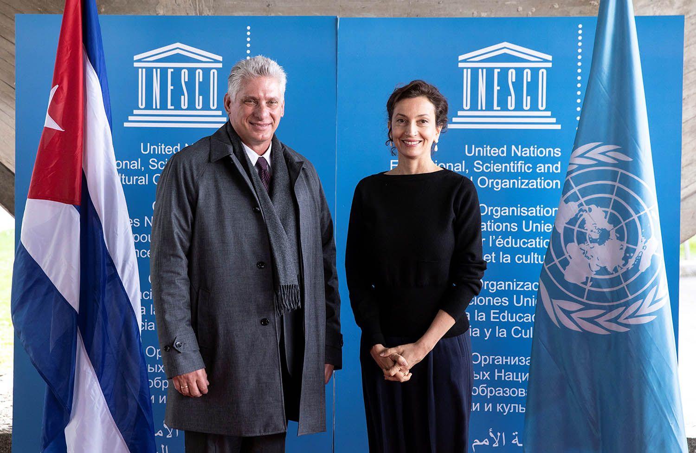 La directora general de la Unesco, Audrey Azoulay (d), da la bienvenida al presidente cubano, Miguel Díaz-Canel, antes de la reunión que celebraron en la sede de la organización en París, Francia, el 1 de noviembre de 2018. Foto: Etienne Laurent / EFE.