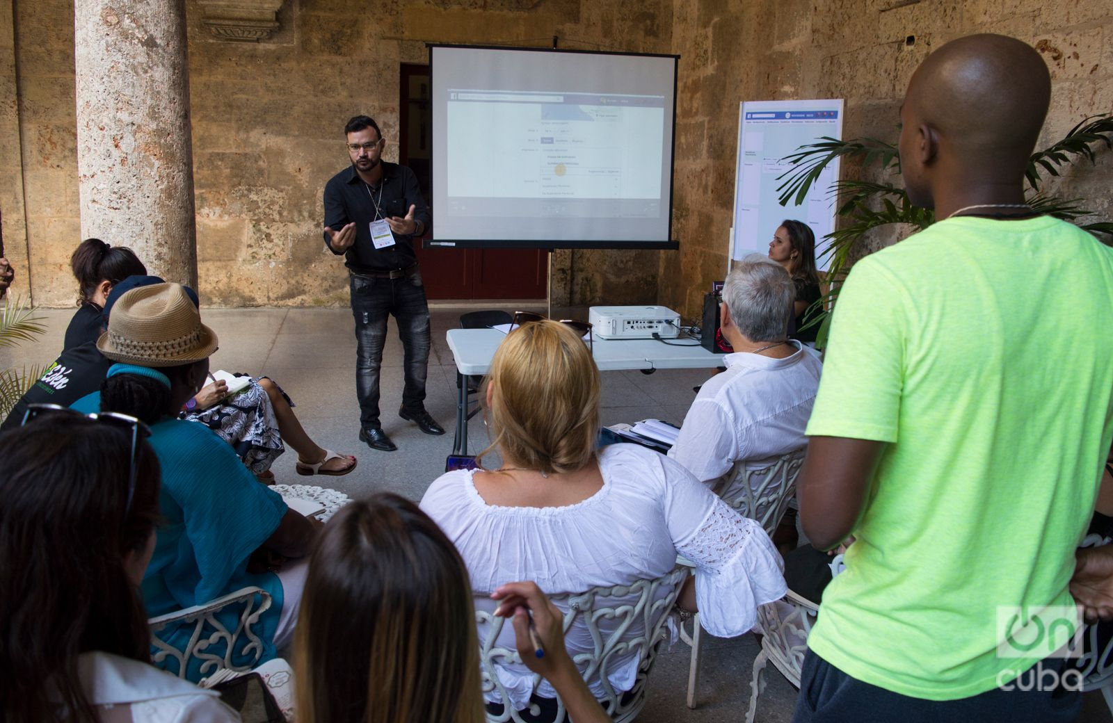 "Dayron José Avello (centro, de frente) en una dinámica grupal en ""Noviembre de emprendedores"". Foto: Otmaro Ridríguez."