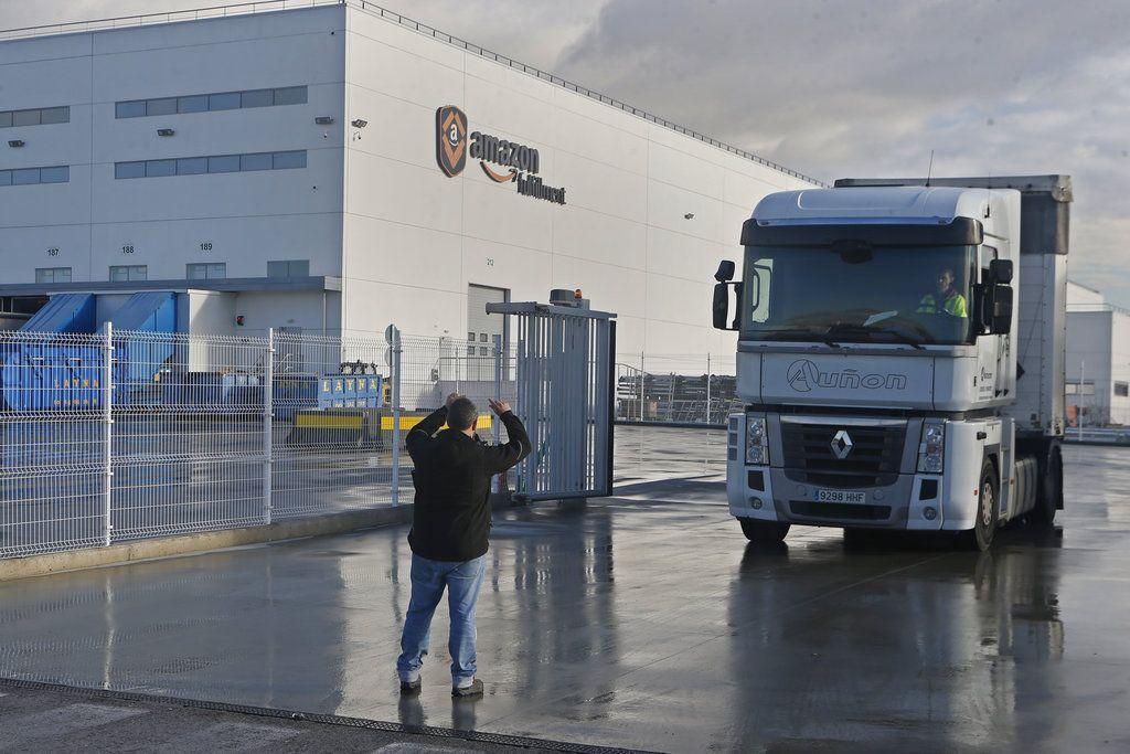 Un piquete detiene un camión para hablar con el conductor a su salida de un centro logístico de Amazon a las afueras de Madrid, España, el 22 de noviembre de 2018. (AP Foto/Paul White)