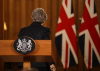 La primera ministra de Gran Bretaña, Theresa May, abandona una conferencia de prensa en su residencia oficial, el 10 de Downing Street, en Londres, el 15 de noviembre de 2018. (AP Foto/Matt Dunham, Pool)