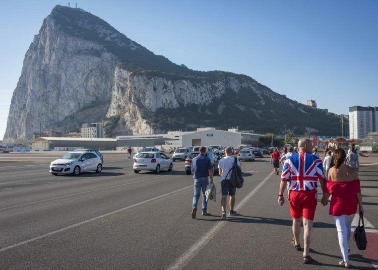 En esta imagen de archivo, tomada el 10 de septiembre de 2017, varias personas entran desde España a Gibraltar cruzando el aeropuerto para celebrar el Día Nacional del territorio británico. (AP Foto/Marcos Moreno, archivo)