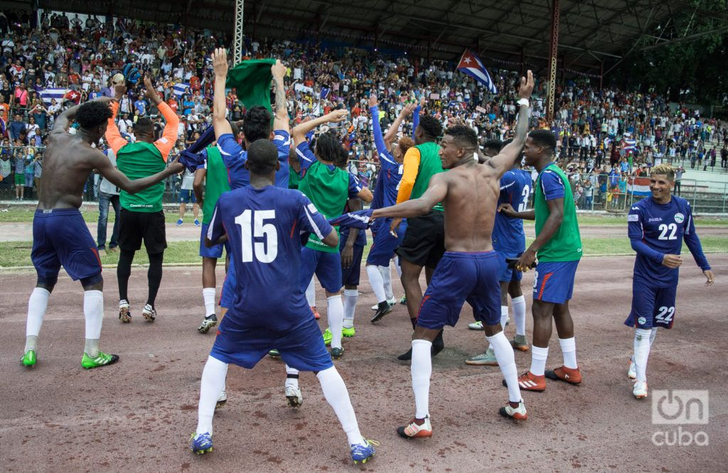 Jugadores cubanos celebran el triunfo 1-0 ante República Dominicana en la Liga de las Naciones. Foto: Otmaro Rodríguez