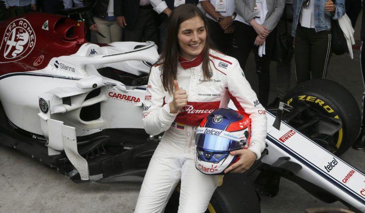 La colombiana de Tatiana Calderón posa al lado del Sauber C37, luego de convertirse en la primera mujer latinoamericana en ponerse al volante de un Fórmula 1. (AP Foto/Marco Ugarte)