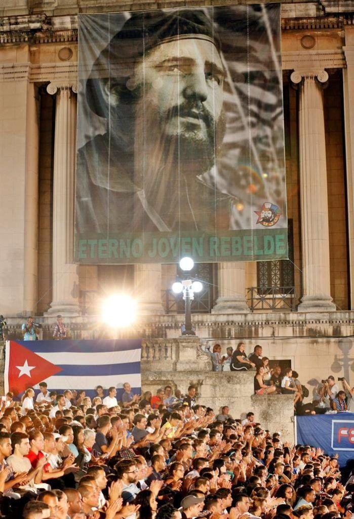 Velada por el segundo aniversario del fallecimiento de Fidel Castro (1926-2016), en la escalinata de la Universidad de La Habana. Foto: Ernesto Mastrascusa / EFE.