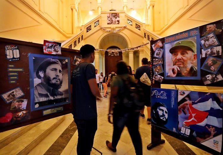 Estudiantes de la Facultad de Derecho organizan una vigilia en homenaje al histórico líder de la Revolución cubana. Foto: Ernesto Mastrascusa / EFE.