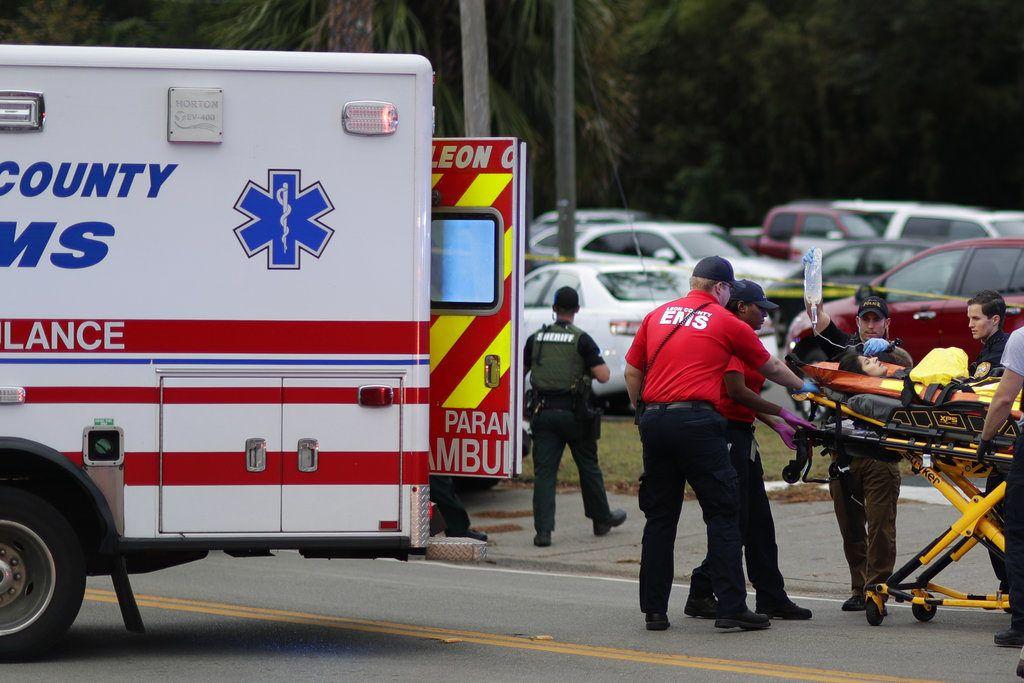 Una persona herida es subida a una ambulancia para ser trasladada del lugar donde se registró un tiroteo en un centro de yoga, el viernes 2 de noviembre de 2018, en Tallahassee, Florida. (Tori Schneider/Tallahassee Democrat via AP)