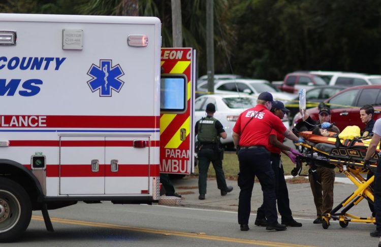 Una persona herida es subida a una ambulancia para ser trasladada del lugar donde se registró un tiroteo en un centro de yoga, el viernes 2 de noviembre de 2018, en Tallahassee, Florida. Foto: Tori Schneider / Tallahassee Democrat vía AP.