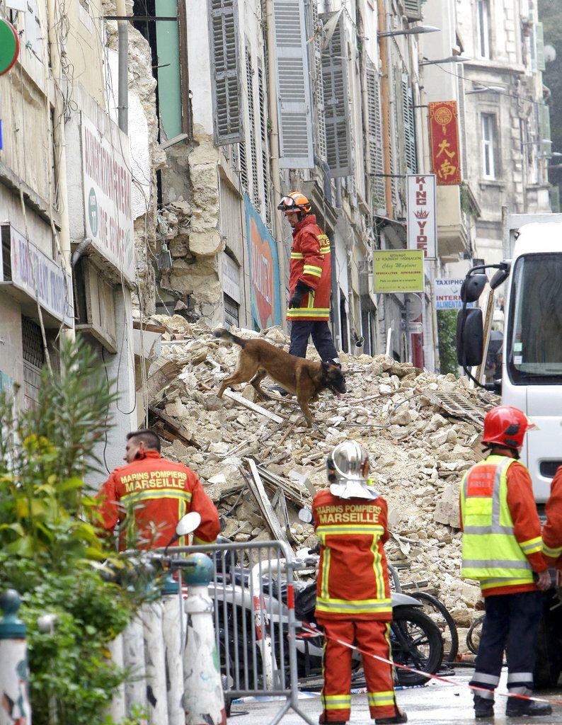 Bomberos trabajan en la escena de dos edificios que se desplomaron en Marsella, Francia, lunes 5 de noviembre de 2018. Hubo dos heridos leves, pero se buscaba a personas posiblemente atrapadas. (AP Foto/Claude Paris)