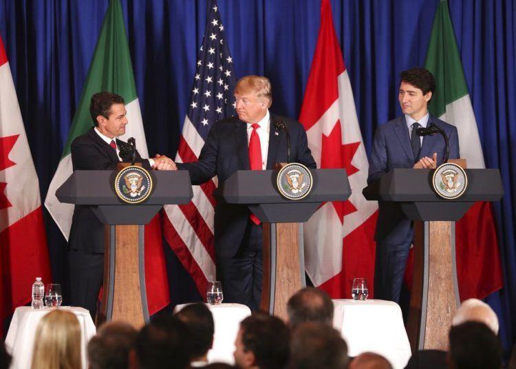 El presidente de México, Enrique Peña Nieto (izquierda), estrecha la mano del presidente Donald Trump mientras el primer ministro de Canadá, Justin Trudeau, los observa poco antes de que los tres firmen su nuevo tratado comercial, el Tratado entre México, Estados Unidos y Canadá (T-MEC), en reemplazo del Tratado de Libre Comercio de América del Norte (TLCAN), que estuvo vigente desde el 1 de enero de 1994, durante una ceremonia antes del inicio de la cumbre del G20 en Buenos Aires, Argentina, el viernes 30 de noviembre de 2018. (AP Foto/Martín Mejía)