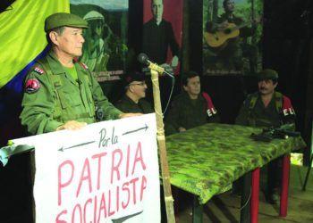 """Nicolás Rodríguez Bautista, alias """"Gabino"""" (izq), máximo líder de la guerrilla colombiana ELN, sobre quien pesa una circular roja de la Interpol. Foto: Revista Pueblos."""