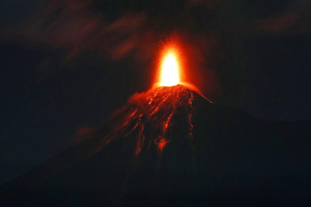 Imagen del Volcán de Fuego en Antigua, Guatemala, la madrugada del lunes 19 de noviembre de 2018. Las autoridades evacuaron comunidades aledañas tras un incremento en la actividad del coloso. (AP Foto/Moises Castillo)