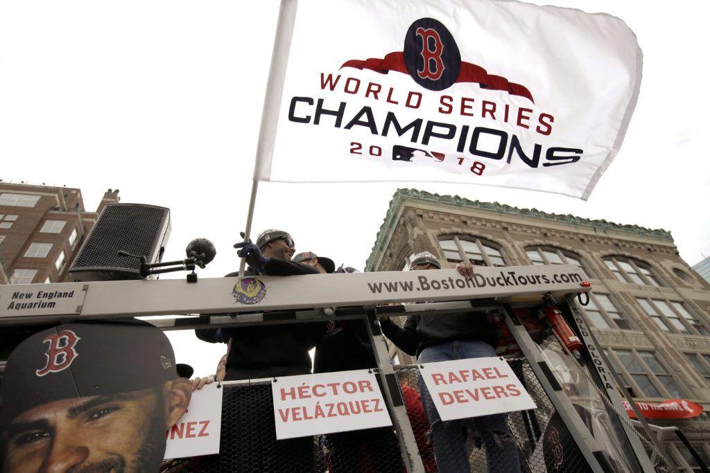 J.D. Martínez agita la bandera del campeonato durante el desfile de los Medias Rojas de Boston. (AP Foto/Charles Krupa)